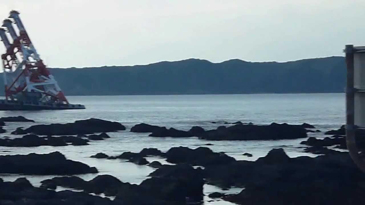 串本町沖で座礁したタグボート - YouTube