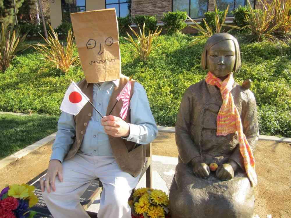 アメリカの慰安婦像にイタズラされ韓国激怒!日本に好意的なアメリカ人が顔に紙袋かぶせる