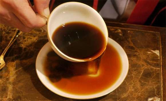 紅茶やコーヒーの皿は「カップの中身を注いで飲むためのもの」だった! | ロケットニュース24