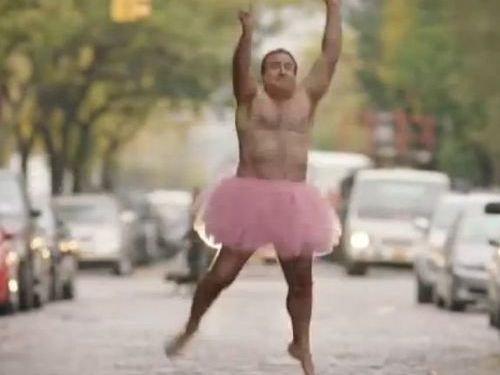 がん治療中の妻を笑わせたいから…ピンクのチュチュを着て写真を撮り続ける夫
