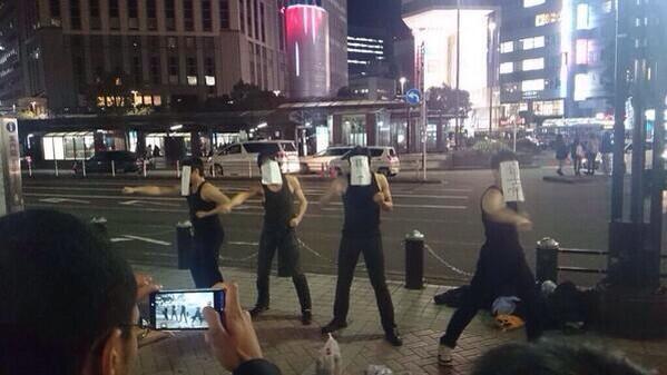 横浜駅にて「リア充爆破しろ!」と叫びながら正拳突きする集団