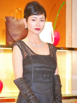 日本人初!ヴィトン街頭広告起用の真木よう子、美麗ファッションで周囲魅了 - シネマトゥデイ