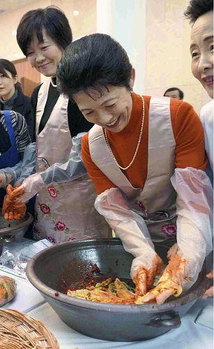 首相夫人らキムチ作り「主人に食べさせたい」 : 社会 : YOMIURI ONLINE(読売新聞)