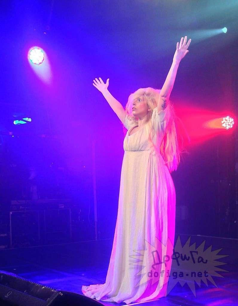 【画像あり】レディー・ガガ、サプライズ登場のステージでフルヌードを披露