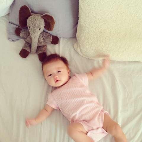 辺見えみり、生後6か月を迎えた娘のブログなどへの