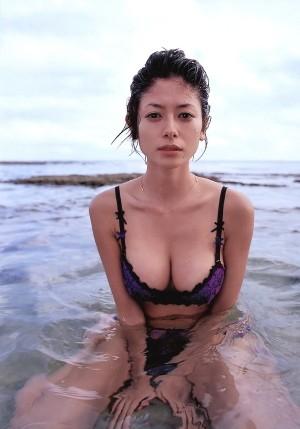 """真木よう子、妖麗なセクシーさ全開 写真集で""""素""""を披露"""
