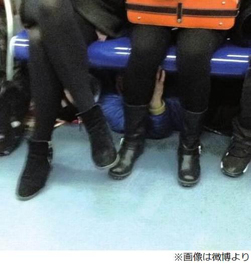 """地下鉄の座席下にもぐり痴漢、気持ち悪さ満点の中国の""""脚なで男""""。 - ライブドアニュース"""