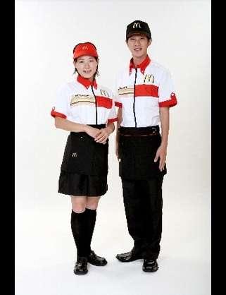 台湾のマクドナルド、メイド服に続きネコミミセーラー服コスプレを始めるwww