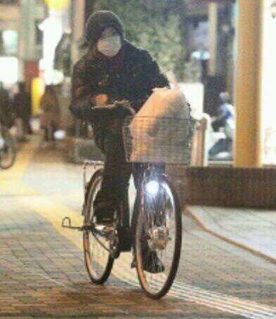 【悲報】ゴールデンボンバーの鬼龍院翔、自転車で買い物している所をフライデーされる