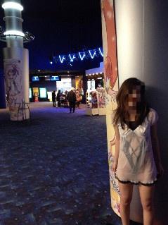 変態女が映画館で露出&床に放尿!画像を自慢の暴挙