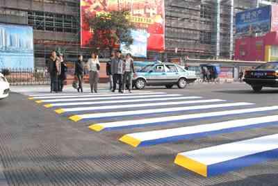 【びっくり】「浮き上がる横断歩道」が設置される!