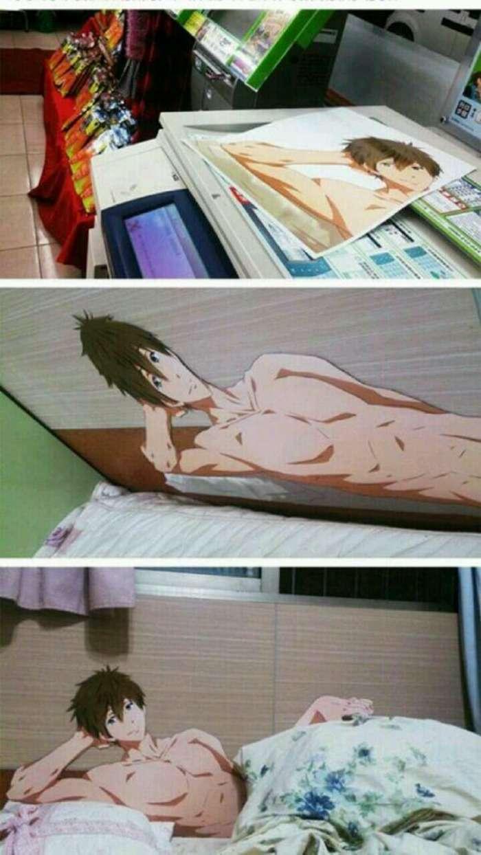 アニメキャラをカラーコピーしてベッドに貼り付け添い寝を体感する猛者が出現www