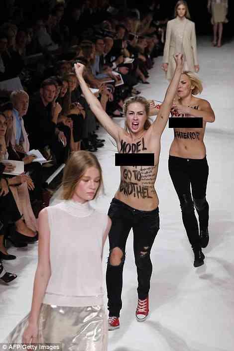 パリコレに全裸のウクライナ美女達が抗議のため乱入! →華麗にスルーされるw