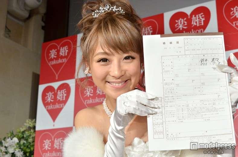 婚約中の鈴木奈々、婚姻届に公開サインで号泣
