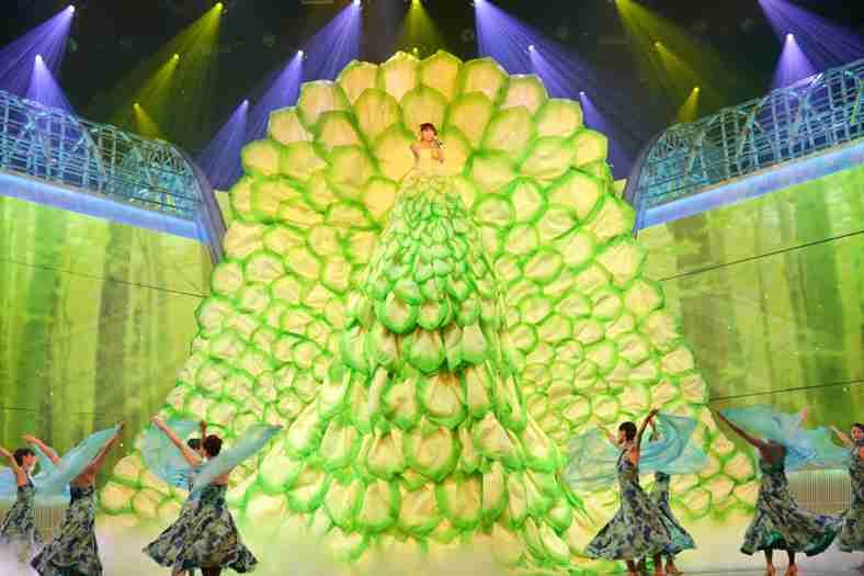 """""""新衣装の女王""""水森かおりの巨大衣装に嵐も驚き「高いですね」"""
