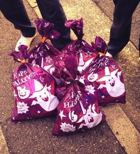 指定暴力団・山口組が本部前で子どもたちにハロウィンのお菓子を配っていたことが判明