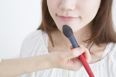 電車の中で化粧をする女子の特徴 「周りの迷惑を考えられない」