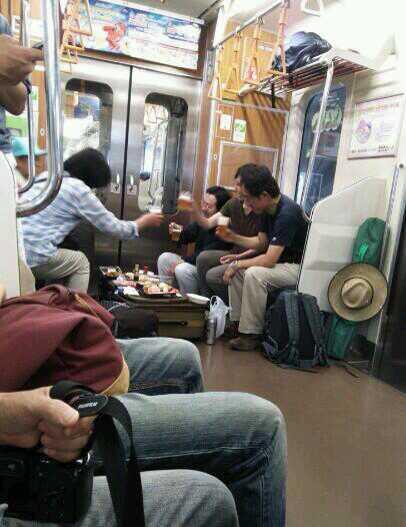 「電車にキチガイいた」電車内優先席で酒盛りする集団が撮影され話題に