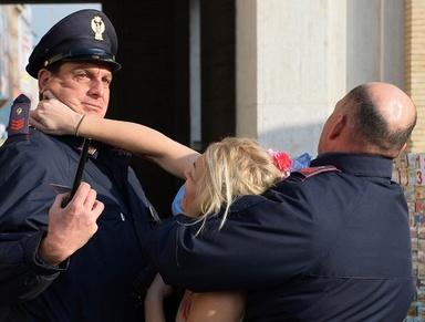 FEMEN、サンピエトロ広場に向けて駆ける 中絶への支持を訴え 写真9枚 国際ニュース:AFPBB News