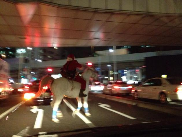 「白馬で疾走するサンタ」関東各地で目撃される!格好良すぎるとネットで話題にww