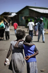 少女集団レイプの罰は草刈り、ケニア警察の対応に怒りの声
