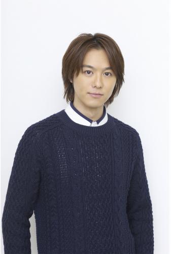 青いニットを着て髪の毛を下ろしているEXILEのTAKAHIROの画像