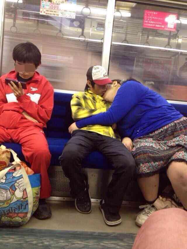 電車でキスするカップルが「捕食シーンみたいだ」と話題にww