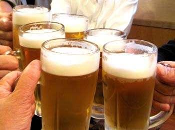 """居酒屋の""""使いまわし""""の実態…「下げた飲みかけのビールを別のジョッキに入れたり、発泡酒混ぜたり、前日の飲みかけも客に出す」"""