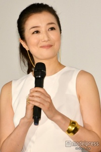 鈴木京香、結婚報道後初の公の場に登場もコメントせず
