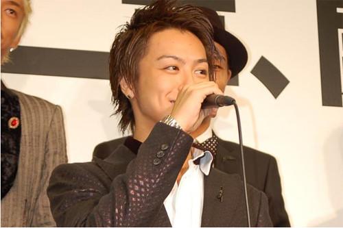 ステージに立ってマイクを握っているEXILEのTAKAHIROの画像