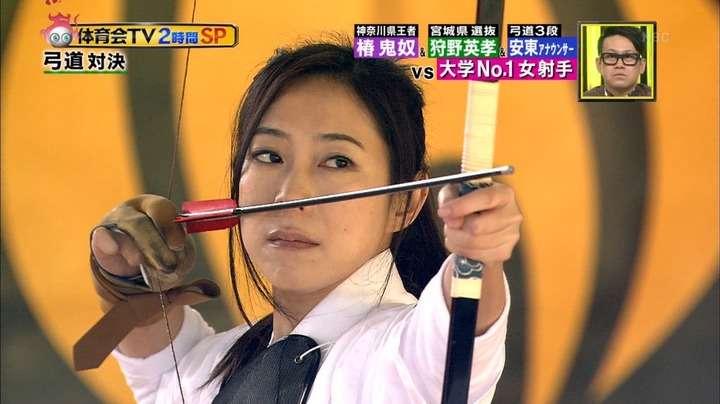 お笑い芸人・椿鬼奴さんが弓道着で矢を放つ瞬間、めっちゃ美しい…