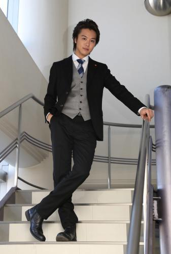 スーツを着て階段に立っているEXILEのTAKAHIROの画像