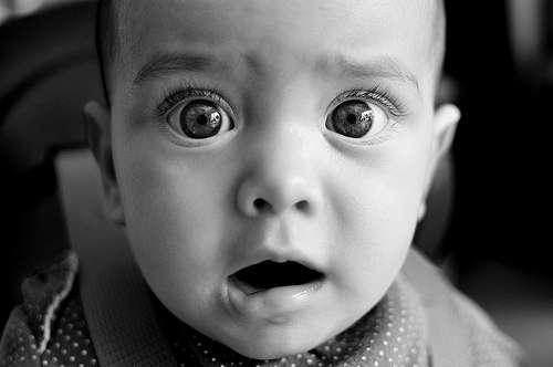 [フリー画像] 人物, 子供, 赤ちゃん, 驚く, モノクロ写真, 201104210700 - GATAG|フリー画像・写真素材集 2.0