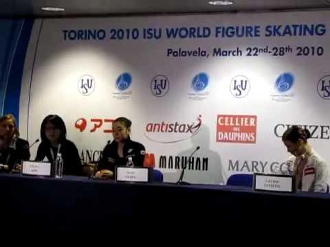 キムヨナのひどすぎる態度 携帯いじり&唾吐き トリノ世界選手権2010 - YouTube