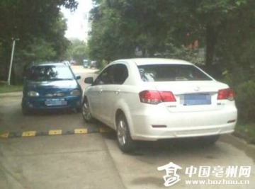 「絶対に道は譲らない!」 2台の車が路上で1日半もにらみ合い…中国 : きま速