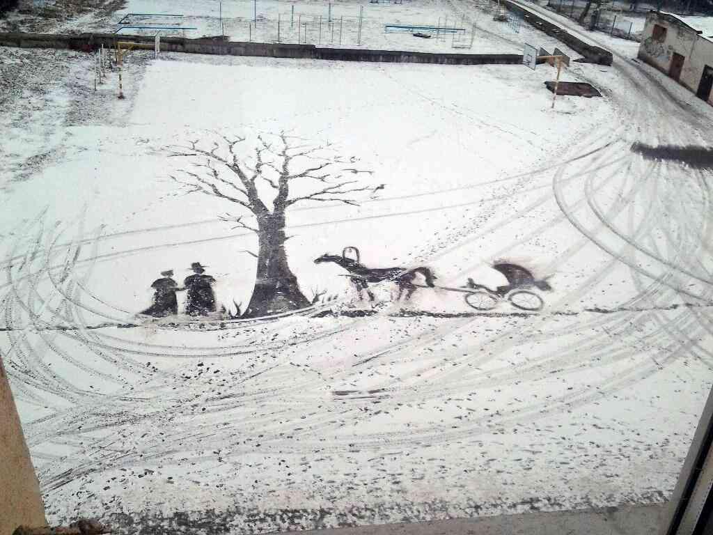 用務員のおじさんが校庭に描いたスノーアートが素晴らしい