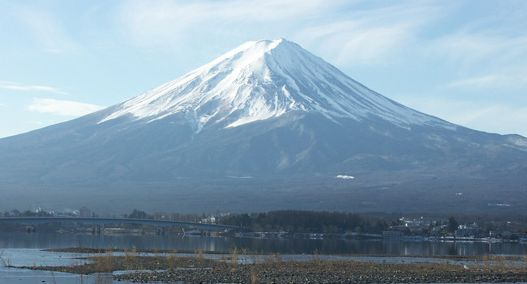 「軽いノリで登ってみようと思った」富士山で遭難の男性2人を救助。革ジャンにチノパン、スニーカー姿…登山装備は無し