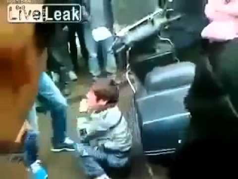 中国人 子供に集団リンチ - YouTube