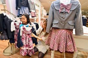 小学生女児の卒業式&入学式服にAKB風が大ヒット!「太ももを露出する制服ファッションは女の子をかわいく見せる究極の姿」
