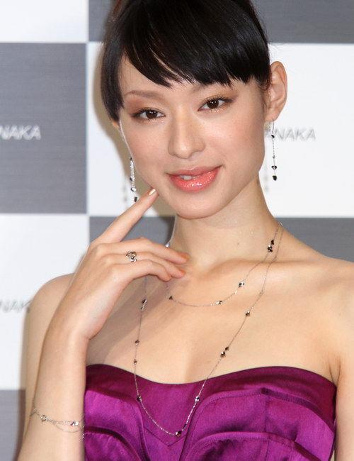 田丸麻紀と栗山千明、エラを削って同じ顔になっていると話題
