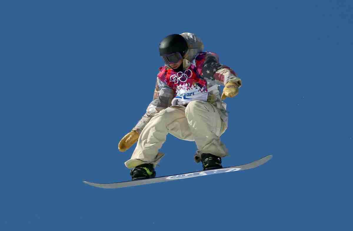ソチ五輪、スノーボード男子スロープスタイル中継のスタート地点で編み物をする謎の人物が話題にww