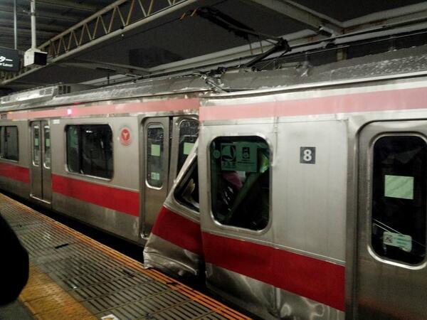 東横線の元住吉駅で電車どうし衝突事故 「緊急停車します」アナウンス後にドン、顔から血流す人も
