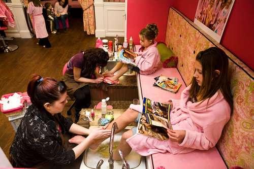 時代はここまできた…ニューヨークに幼い少女たち専門の美容エステが登場