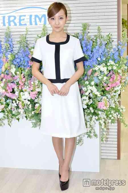 板野友美、自身がデザインした制服ワンピで美脚披露