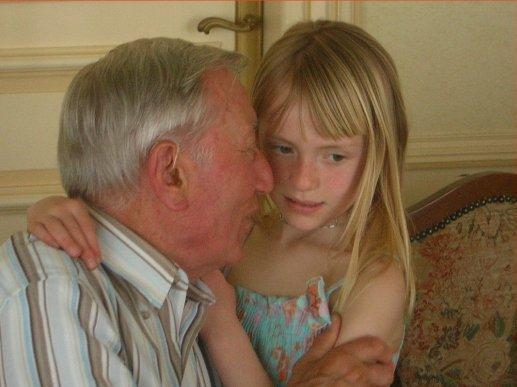 裁判所も認めた60歳のおじさんと11歳美少女のカップルのラブラブ画像…