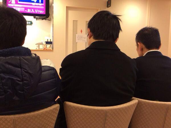 産婦人科の待合室 立ってる妊婦も居るのに男性陣が椅子を占拠…