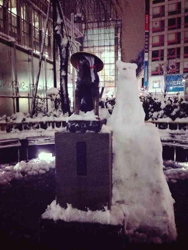 大雪の中たたずむ渋谷のハチ公像に心温まるプレゼントが!!