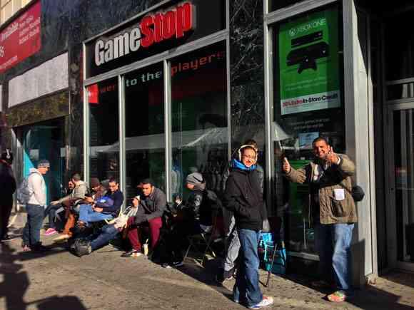 【大行列】PS4を買うために発売日前からゲームショップに大行列!日本より一足早く次世代へ | ロケットニュース24