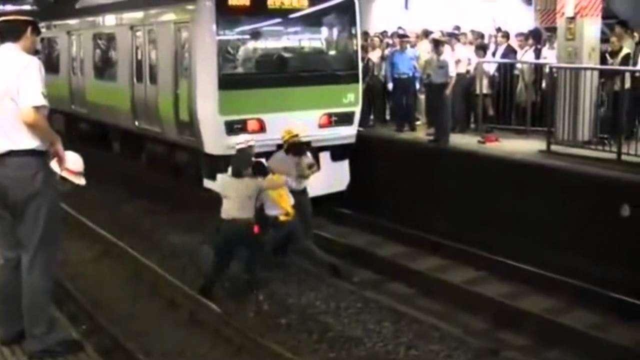 電車を止めるキチガイ - YouTube