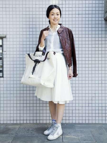 【ELLE】白スニーカー+ビッグトートが新鮮|エル・オンライン